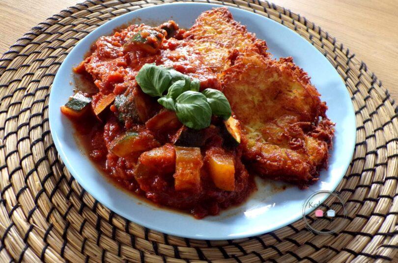Schab w sosie pomidorowym i cukinią – przepis