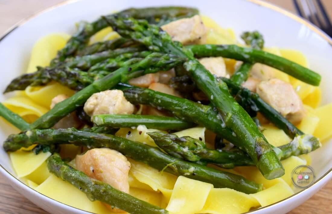 Szparagi z kurczakiem i makaronem
