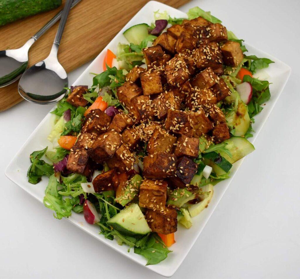 Sałatka z tofu i awokado