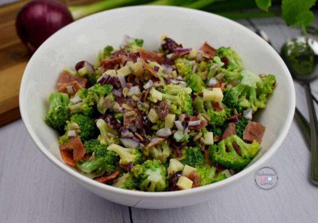Sałatka z brokułami, boczkiem